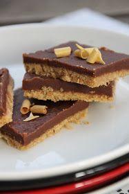 Pohja: 300 g Diogestive-keksejä 125 g voita Kuorrutus: 3 dl vispikermaa 2 dl fariinisokeria 1 dl sokeria 100 g tummaa leivontasuklaata ...
