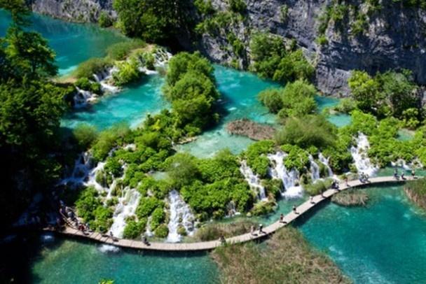 De Plitvice meren in Kroatië zijn zestien kristalheldere meren die overgaan in prachtige watervallen.