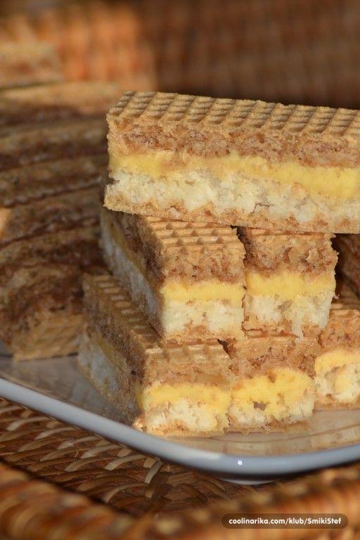 Další skvělý recept našich babiček. Kokosová vrstva, oříšková vrstva a žloutkový krém. To vše ve dvou oplatkách.