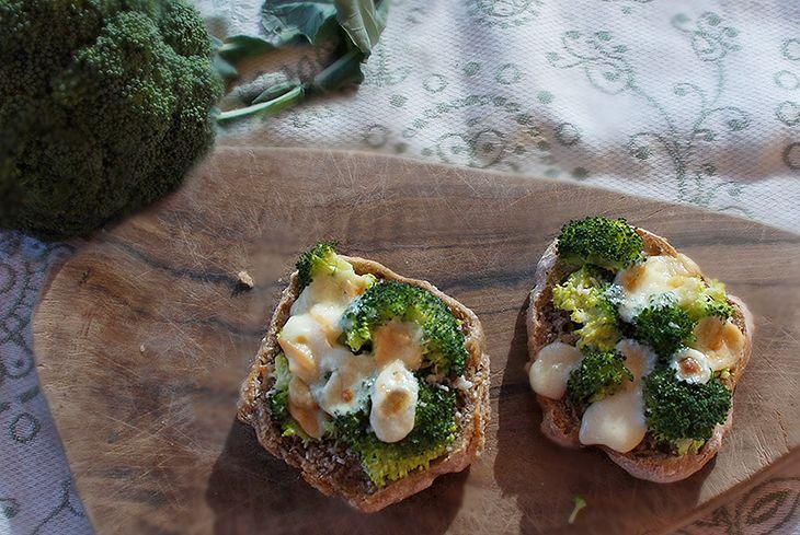 Crostone con broccoli e scamorza affumicata