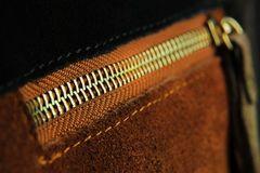 Τσέπη φερμουάρ στις τσάντες σουέτ Στοκ Φωτογραφίες