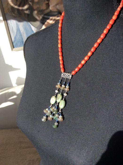 Nu in de #Catawiki veilingen: hanger met koraal ,agaten en lapis lazuli.