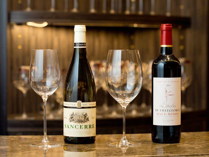 ワインの味を左右するワイングラスの選び方を、『リーデル』伊勢丹新宿店の店長・竹中信幸さんがレクチャー。今回は白ワインと赤ワインの2つで使い分ける簡単なルールを紹介します。使い分けるヒントはグラスのボウルサイズによる、ワインの「呼吸空間」にあるそうです。