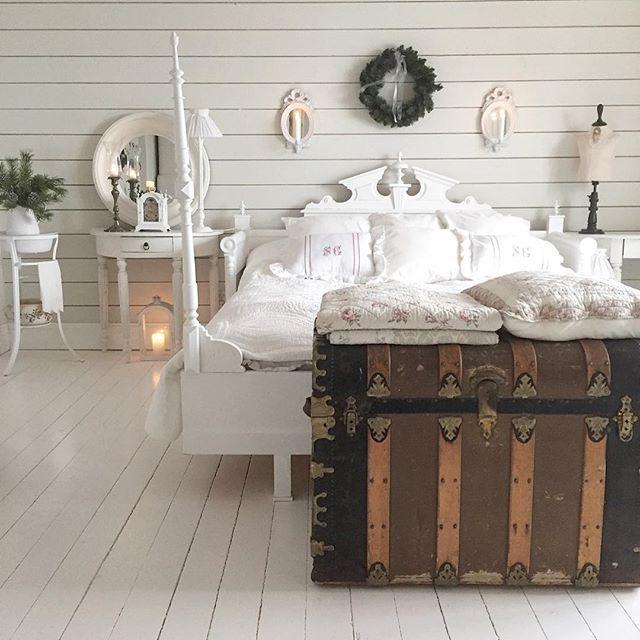 By Larkhuset on IG: Lite,lite pynt i sovrummet till jul🌲Lite grönt från naturen sen får det vara klart✨Hoppas att ni alla har fått en fin start på veckan✨Kraam💕