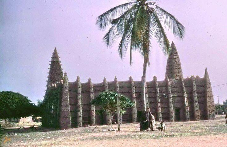 Мечеть Конг – #Кот_д'Ивуар #Саван (#CI_03) Мечеть 17 века в суданском стиле  ↳ http://ru.esosedi.org/CI/03/1000466425/mechet_kong/