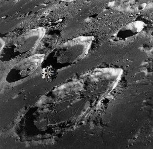 Ο πρώην διευθυντής του τμήματος ελέγχου δεδομένων και φωτογραφιών στο εργαστήριο επεξεργασίας σεληνιακών φωτογραφιών της  NASA  Κεν Τζόνστον...