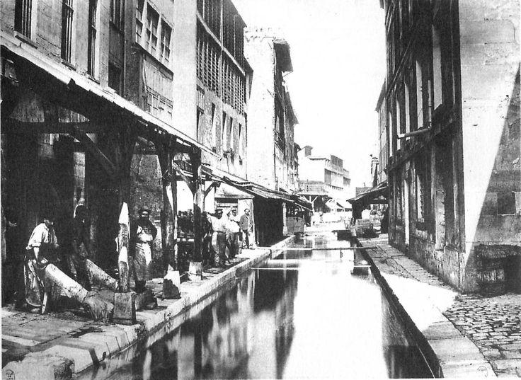 Tanneries le long de la Bièvre _Outre la mythique Seine, fleuve qui a nourri les premiers parisiens, existait en effet jusqu'au début du 20e siècle la Bièvre, rivière de 33 kilomètres qui prenait sa source dans les Yvelines (78) et se jetait dans la Seine, au niveau de la gare d'Austerlitz.Entrant dans Paris à la Poterne des Peupliers, la Bièvre traversait les 13 et 5e arrondissements.