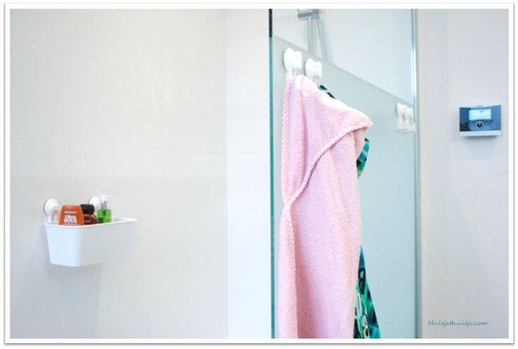 Onze badkamer is 10 m², dat is niet groot voor een 4-koppig-gezin. Voor de komst van Lucie was de badkamer voldoende ruim. Nu er een babybadje en verzorgingstafel bij zijn gekomen, is het toch aan …