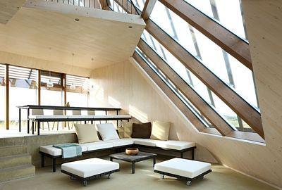 Interiér domu je rozdělen do mnoha úrovní.