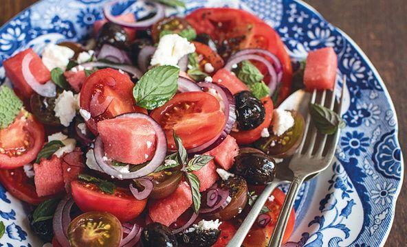 Sałatka z pomidorów z arbuzem, czarnymi oliwkami i miętą