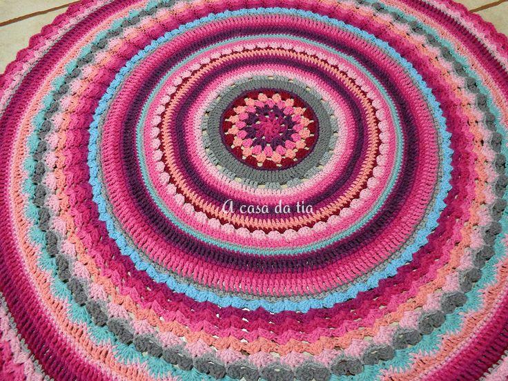 Tapete de crochet em tons de rosa bebê, marsala, cinza, rosa chá, grafite, azul tiffany, verde turquesa, pink, roxo e violeta...Formando uma linda mandala. #tapete #rug #crochetrug #tapetedecroche #crochet #tapeteartesanal #mandala #handmaderug #roundrug #crochetroundrug #tapetes #quartodebebe #babyroom #tapeteparaquarto