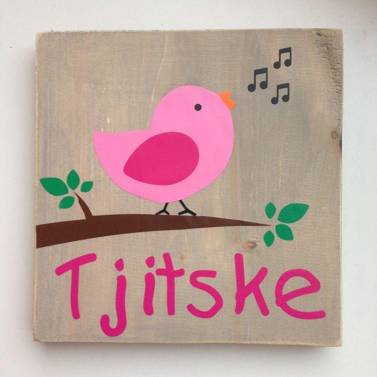 Naambord van hout met vogel meisje. Ook erg leuk als kraamkado.
