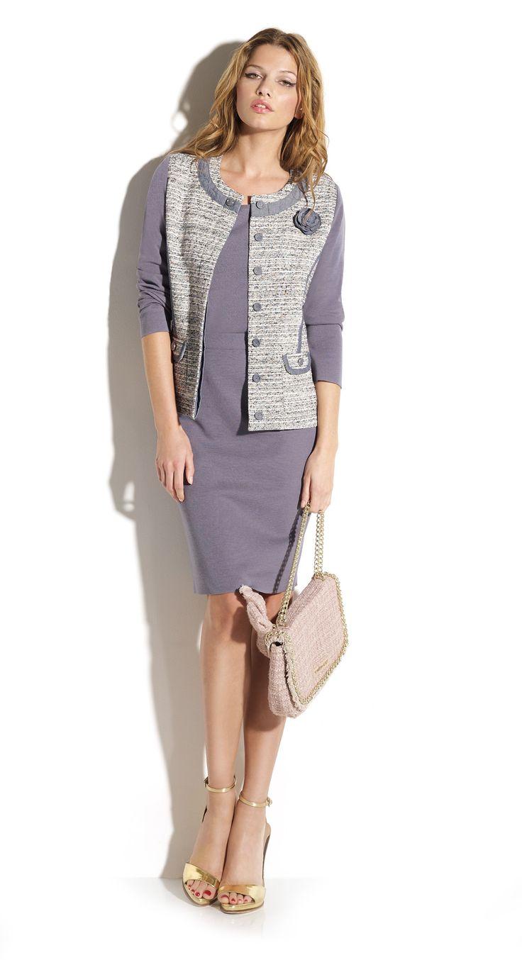 Total look falda tubo y jersey color índigo a conjunto chaqueta estilo Chanel con acabados de tejano.