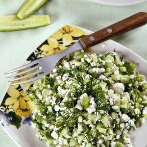 Огуречный салат с фетой и красным луком