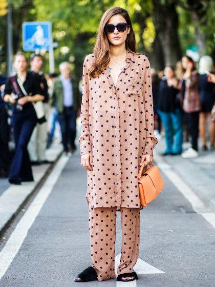 Out-of-Bed deluxe! Die italienische Bloggerin Eleonara Carisi im Polka-Dot-Pyjama mit Fell-Slippern.