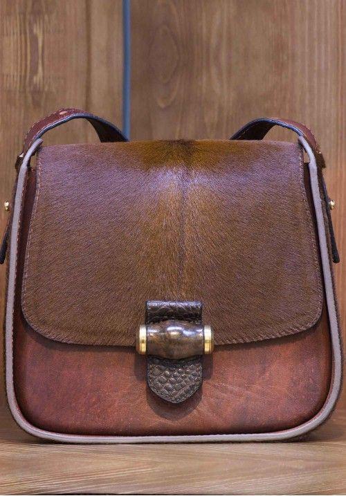 """Кожаная сумка Estetica создана для ценителей удобных, модных форм и оригинального дизайна.  Estetica """"одета"""" в натуральную кожу высшего качества, массив дерева с неповторимым рисунком на замке обеспечивает уникальность. Оригинальная сумка дополнит ваш неповторимый образ.  Размер: 24*22*9,5 см, вес 670 гр.  КУПИТЬ В http://dotupbutik.ru  #Bags #Leather bags #Designer bags #сумки #кожаныесумки #дизайнерскиесумки"""