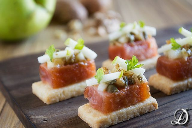 Salmón marinado, Manzana, Nueces y Alcaparras sobre Brisée de Mostaza