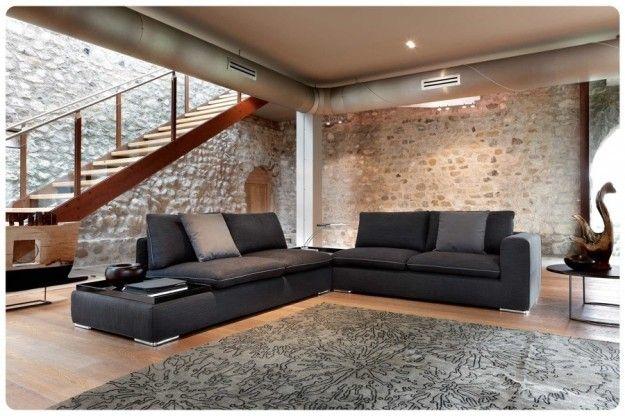 Pietre e divano scuro - Come abbinare il divano nero alle pareti in pietra.