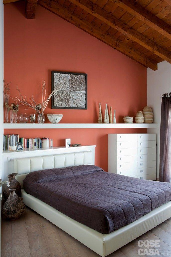 """Arredi tutti bianchi per la camera: in legno o in tessuto, il colore dei mobili è chiaro, così da """"illuminare"""" l'atmosfera della stanza.  #bedroom #home #design #casa #cosedicasa"""