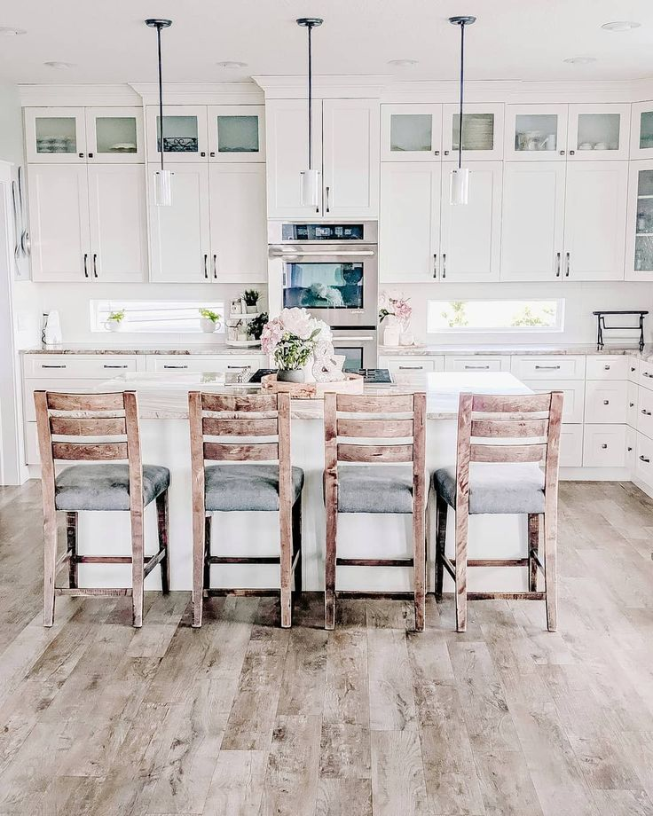 Bright and white and wood. 🥰 Love the combination