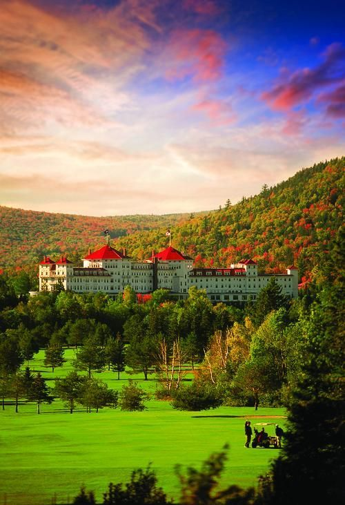 The Grande Dame of New Hampshire's hotels for leaf peepers. In the Omni Mount Washington Hotel you can enjoy fall in all its glory – stunning views of Mount Washington included.