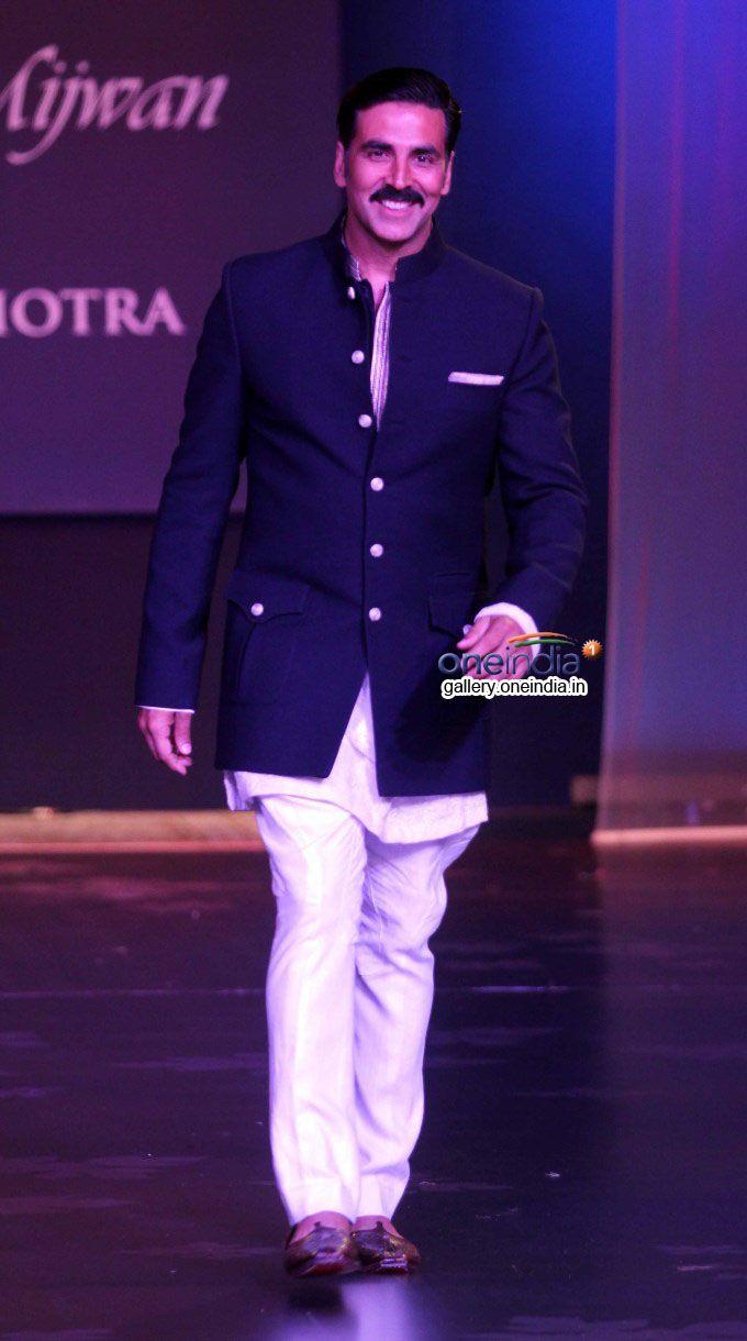 April 01, 14: Akshay Kumar at Manish Malhotra's Show for Shabana Azmi's Brilliant Rural #NGO http://www.Mijwan.org/donate-to-mijwan.html