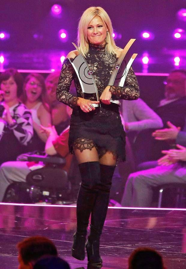 Sexy in schwarzer Spitze und Overknees nimmt Helene Fischer bei der Echo-Verleihung 2016 in Berlin ihre Auszeichnungen entgegen.