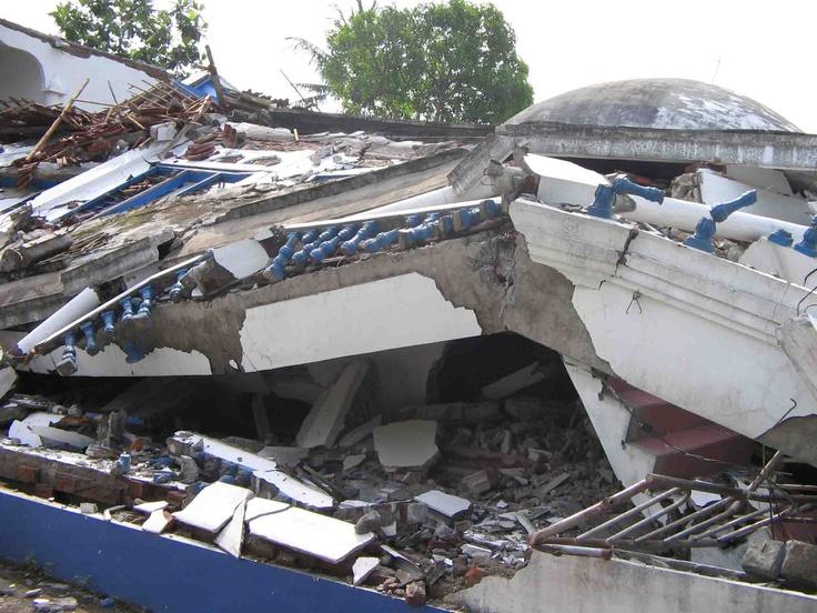 Gempa tektonik, disebabkan oleh aktivitas tektonik, biasanya diikuti dengan terjadinya retakan / patahan pada kerak bumi. Biasa terjadi di perbatasan lempeng tektonik dan kekuatannya sangat dipengaruhi struktur daerah gempa.