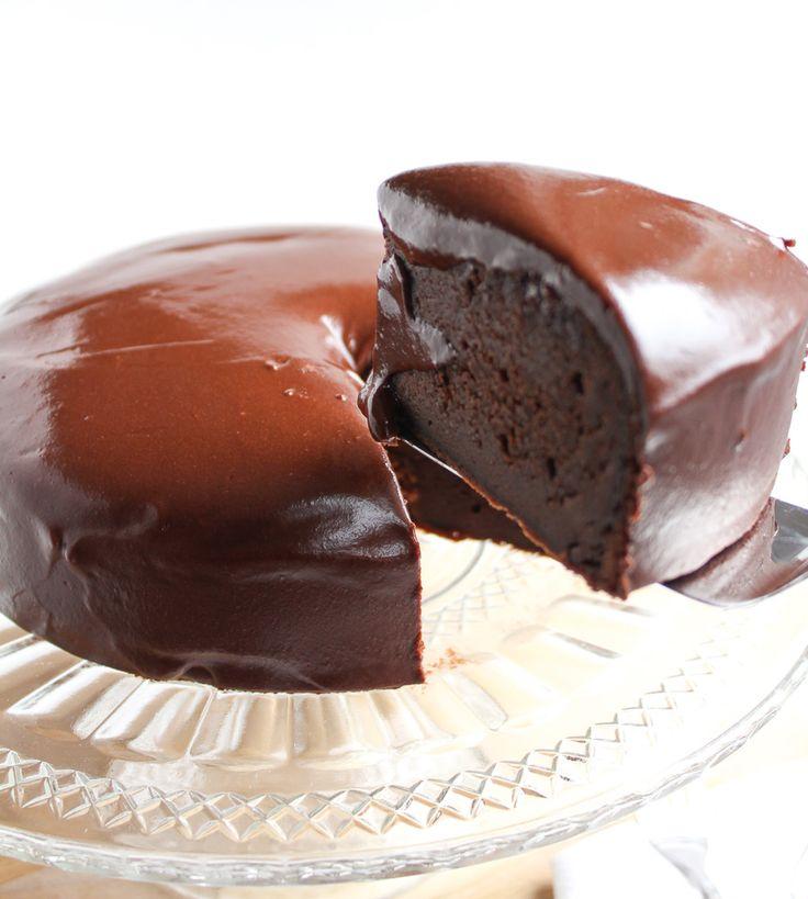 Een heerlijk recept voor chocolade taart met een dikke laag chocoladeglazuur…