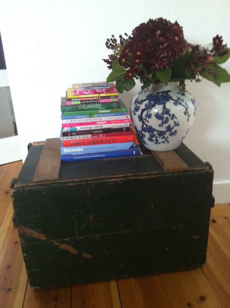 Mooie oude kist, staat gaaf in onze woonkamer! Ook nog handig om spullen in op te bergen, zoals stapels woonbladen :)