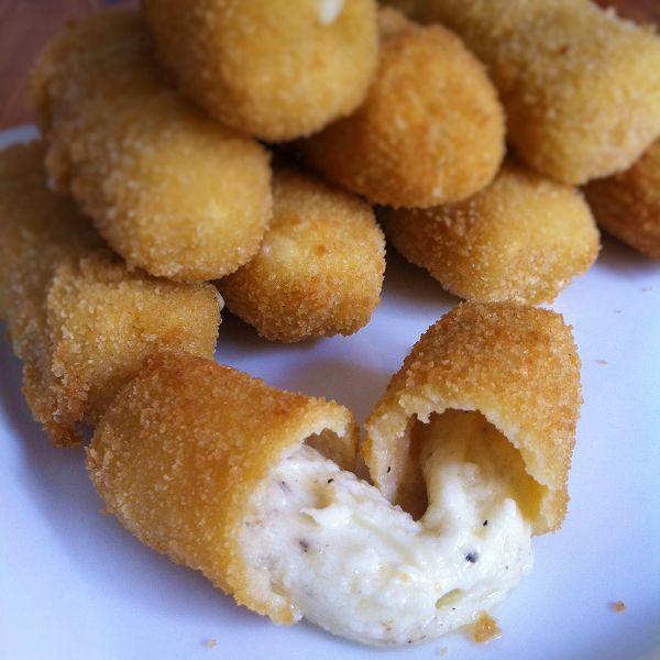 Mozzarellasticks/Mozzarellaröllchen Selber Machen - Käsesticks Selbstgemacht - Mozarella, Semmelbrösel, Salz, Pfeffer, Ei, mehr nicht - http://selber-machen-selbstgemacht.de/mozzarella-sticks-selber-machen-kase-sticks-selbstgemacht/