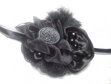 Romantický návrat do rokov dvadsiatych s ručne šitou retro čelenkou v čiernej. Satén, stuhy, drobné detaily, korálky a jemné pierka. Je spojená gumičkou, takže sa dá natiahnuť.