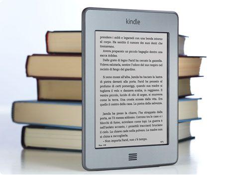 Kindle Touch è un comodo lettore di eBook portatile con schermo multi-touch, in grado di scaricare libri in meno di 60 secondi con una connessione wireless.