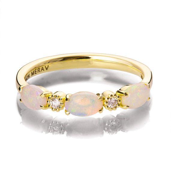 Un anillo k 18 hechos a mano con alternancia de diamantes blancos naturales y naturales australiano ópalos blancos. Una banda elegante, colorida,  Las piedras de ópalo son ovales y 5mmX3mm. Los diamantes son 1,6 mm.  Por favor nota que los ópalos son piedras únicos, naturales y la sombra puede variar de piedra en piedra.  Si usted está buscando en este anillo entonces probablemente buscas algo especial, algo diferente. Se realizan el diseño de los anillos de compromiso o 100% reciclado…