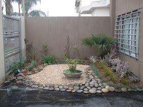 Este pequeño estanque (que forma un conjunto idéntico con el de otro pequeño patio del frente de la casa) está construido en una maceta de ...
