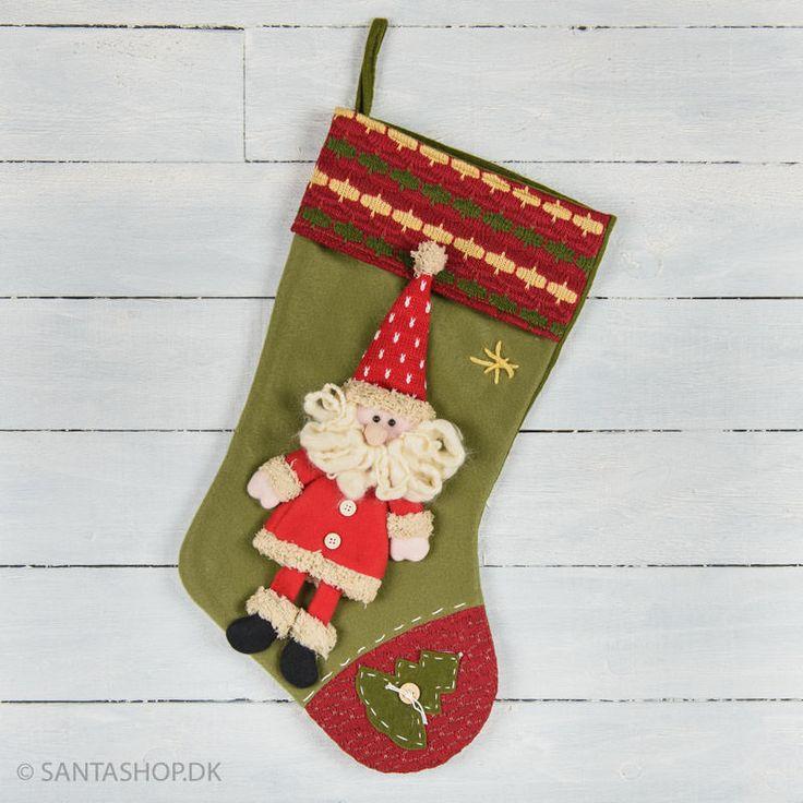 Grøn julesok med en rigtig sød julemand. Julesokken er i grøn fleece med rødt stof i strik på kanten og tåen. Julemanden er påsyet som en hel figur, og det giver sokken et et dejligt levende udtryk. Julemanden har rød jakke og ben i rød fle