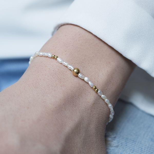 Pulsera de plata con perlas de río y bolitas de 4 mm y 2 mm.Todos los elementos de la pulsera son de Plata de Ley 925 con baño de oro.