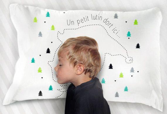 """Grâce à cette amusante taie d'oreiller de la marque À Plate Couture, chaque fois que votre enfant posera sa tête sur l'oreiller, il deviendra, le temps d'un rêve, le petit lutin du père Noël ! - Taie imaginée et fabriquée au Québec.  - 20"""" x 28"""" - Coton blanc - Oreiller non inclus"""