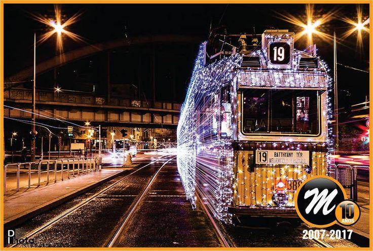 VIAJAR A TRAVÉS DEL TIEMPO... En Budapest -Hungría-, los tranvías están cubiertos de 30.000 luces LED. La velocidad a la que transitan y el diseño de las unidades hacen que éstas parezcan verdaderas máquinas del tiempo.