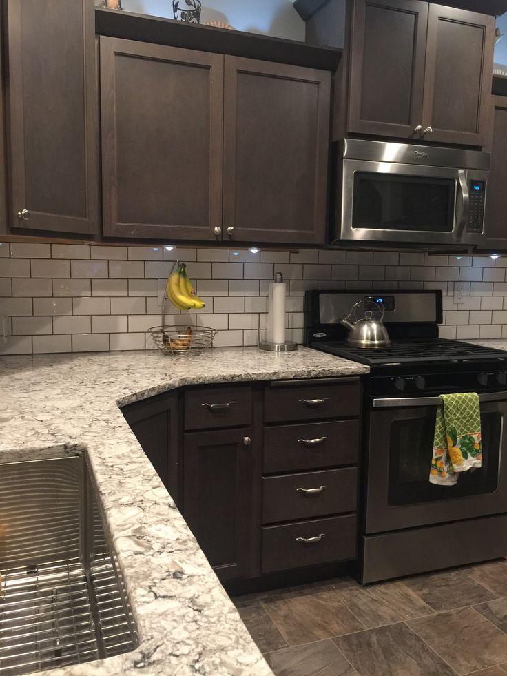Projeto pequeno da cozinha com os armários de madeira da cereja