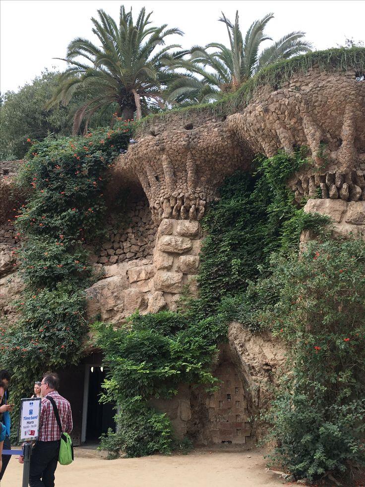 Gaudi ha creado un bosque fabuloso dentro su parc, Parc Güell. Hay un equilibro perfecto entre el arte, la arquitectura, y la naturaleza que rodea el arte, los bancos, las columnas y los edificios especiales. Aqui, Gaudi ha tenido la oportunidad de hacer y crear su arte natural con la naturaleza si misma.