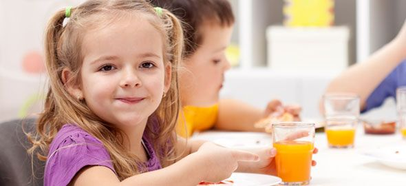 Όταν το παιδί αρχίσει να τρώει μόνο του, έχει έρθει η σωστή στιγμή να μάθει βασικούς κανόνες καλής συμπεριφοράς στο τραπέζι.