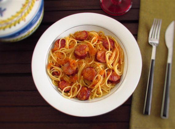 Spaghetti with chorizo | Food From Portugal. Want to prepare a tasty recipe and at the same time easy and quick to confection? This spaghetti with chorizo recipe is ideal for you! Try it!  http://www.foodfromportugal.com/recipe/spaghetti-chorizo/