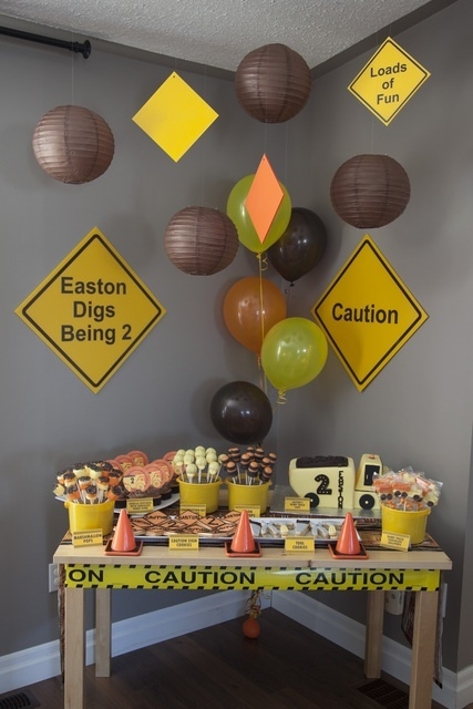Construction Party #constructionparty I like the caution tape around the table