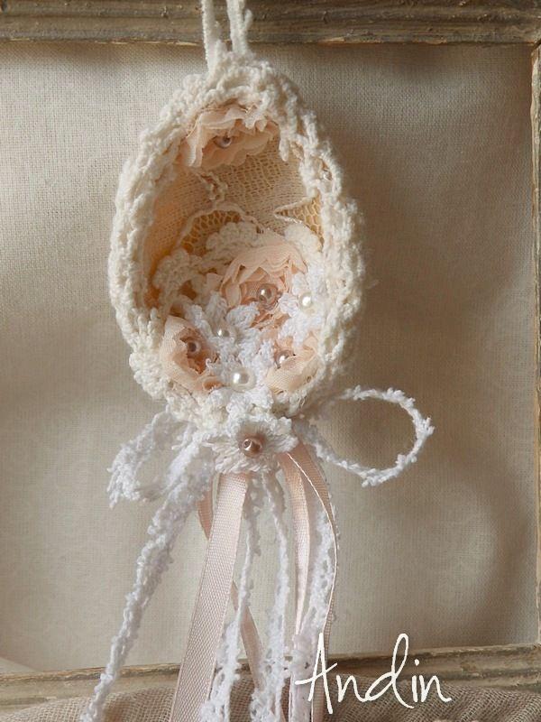 Kraslice Shabby chic Autorská kraslice ve stylu Shabby chic v pudrových barvách ( nerozbitné) na výšku 7 cm + poutko pro zavěšení Dílo dílo, jehož autorem je Andin, podléhá licenci Creative Commons