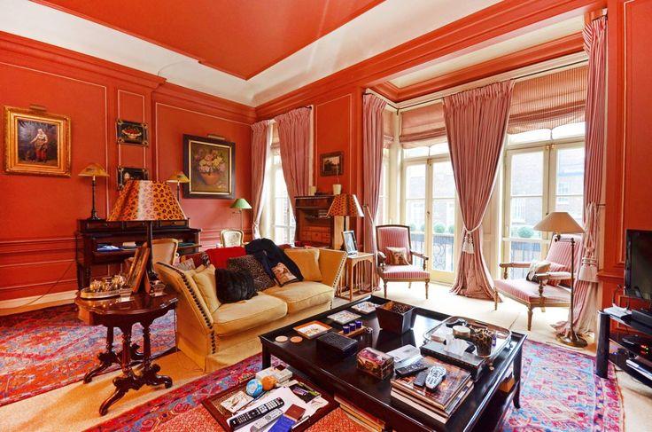 Красная гостиная в стиле фьюжн. Белый широкий карниз - отличный способ визуально поднять потолок.   #гостиная #красный #потолок #фьюжн
