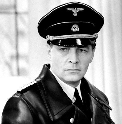 Nazy Hugo Boss (Основатель немецкого модного дома Хуго Фердинанд Босс был членом нацистской партии и с 1928 года официальным поставщиком Штурмовых отрядов, СС и гитлерюгенда. Потом, в годы войны, на его швейной фабрике работали пленные и подневольные работники из стран Западной и Восточной Европы, включая Советский Союз. А согласно немецкому историку Хеннингу Коберу, все управляющие компании были ревностными нацистами и обожателями Гитлера.)