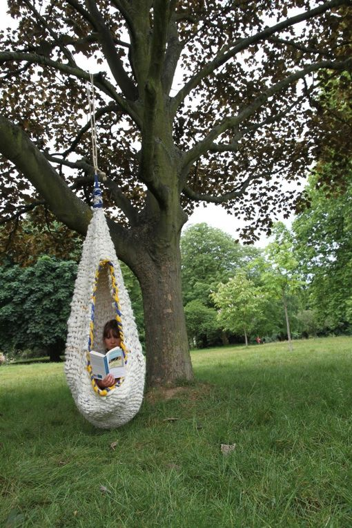 Inspiration nest. I want to have a go at making this, it would be great in DD's tiny garden  where she could curl up,relax & read in.