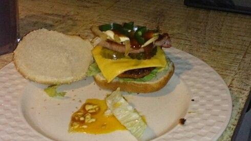 Op de eerste burger zat ook nog een gebakken eitje. Van onder naar boven: Broodje Sla Burger Kaas Augurk Gebakken spek Gebakken ui Mayonaise Curry Jalapeños (gebakken ei, op de eerste) Broodje  Eet smakelijk