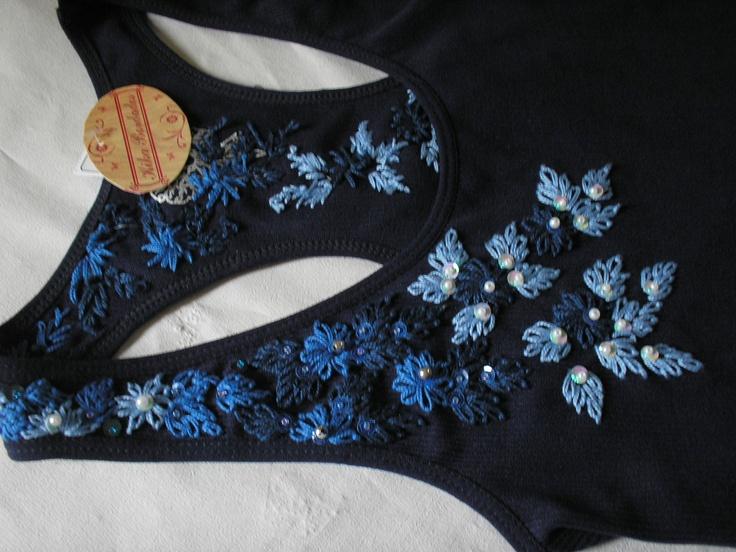 Camiseta, bordada a mão, frente e costas, azul marinho,com miçangas e lantejoulas  tamanho G G/ composição: 92% poliamida e 8% elastano Shirt, hand embroidered, front and back, navy blue, with beads and sequins XL size / composition: 92% polyamide and 8% elastane